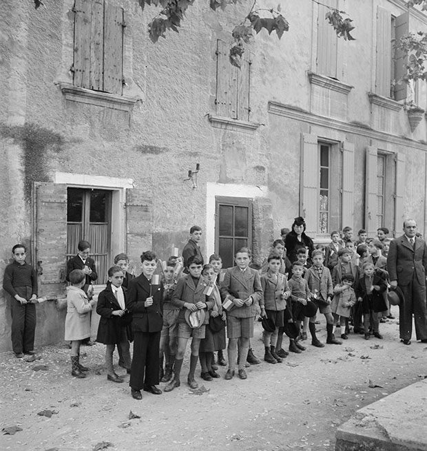 Cérémonie du 11 novembre. Les enfants de l'école Photo Marcel Maget—Phw-1939-1-1 © Mucem