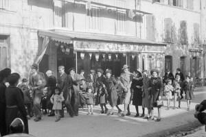 Après la cérémonie du 11 novembre 1938. Le cours. La promenade des jeunes filles Photo Marcel Maget—Phw-f-371-6 © Mucem