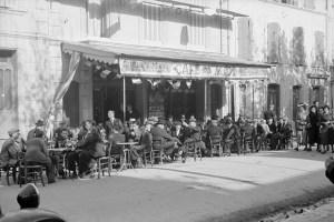 Après la cérémonie du 11 novembre 1938. Le cours. Le pastis du midi Photo Marcel Maget—Phw-f-371-7 © Mucem