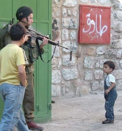 400_0___10000000_0_0_0_0_0_israeli_soldier_points_his_gun_at_a_palestinian_child_in_hebron_city__file_2007.jpg