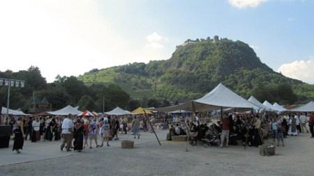 Hochsommerlicher Mittelaltermarkt vor malerischer Kulisse in Singen