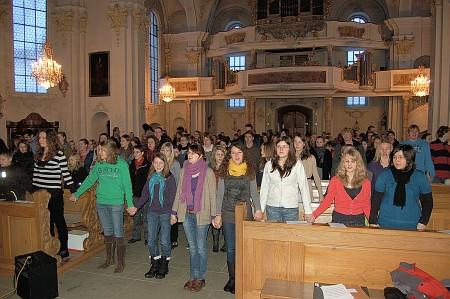 Tröstlich: Trotz Miesewetter fanden doch noch recht viele Besucher - Schüler wie Lehrer - rechtzeitig den Weg in die Peter-Thumb-Kirche Tiengen. (Foto: Georg Tasse)