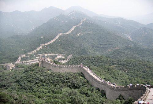 Die große chinesische Mauer ist nach offiziellen Angaben 8851 km lang - ohne Flüsse und Berge wie zerfallene Abschnitte erstreckt sich die Hauptmauer immerhin 2400 km, insbesondere der malerische Abschnitt bei Badaling ist weltberühmt. (Foto: Hansjörg Dühning)