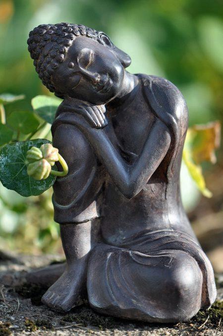 Kleiner schlafender Buddha bei der herbstlichen Kapuzinerkresse - das kleine Figürlein aus dem Baumarkt macht sich als Gartenzwergersatz recht gut (Foto: Martin Dühning).