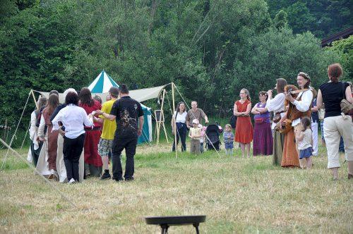 Gruppentänze mit passender musikalischer Untermalung waren beim Mittelaltermarkt auch möglich. Links wird getanzt, rechts spielt die Musikantengruppe zum Ständchen auf.