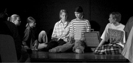 Die Gauklergruppe sinniert über ihre weitere Zukunft bei der Aufführung am 4. Juli 2003 (Foto: Martin Dühning).