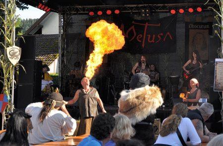 Beachtliche Flammen bließ Feuerkünstler Taranis auch am zweiten Festtag des Lauchringer Mittelalterfestes 2012 in die Luft (Foto: Martin Dühning).