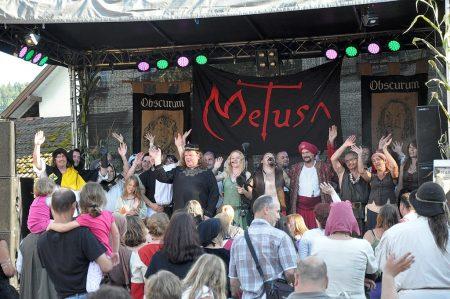 """""""Wir sagen DANKESCHÖN und AUFWIEDERSEHEN..."""" - die Schausteller verabschieden sich vom Publikum mit einem Ausblick auf das nächste mittelalterliche Dorffest in Lauchringen, das voraussichtlich 2014 veranstaltet wird (Foto: Martin Dühning)."""