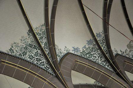 Ornamentale Blumenmotive am Deckengewölbe der Kirche - sie könnten sich so auch in einer mittelalterlichen Buchmalerei finden (Foto: Martin Dühning)