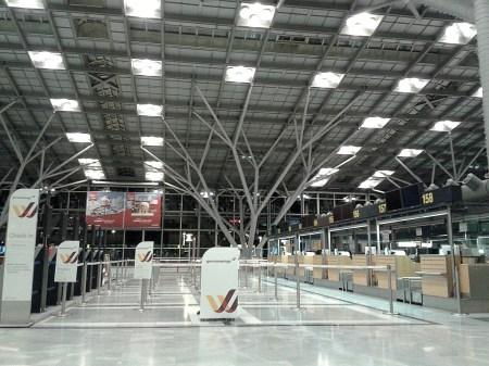 Bis 3:00 Uhr bleiben die Terminals geschlossen - das Licht täuscht: Der Flughafen schläft...
