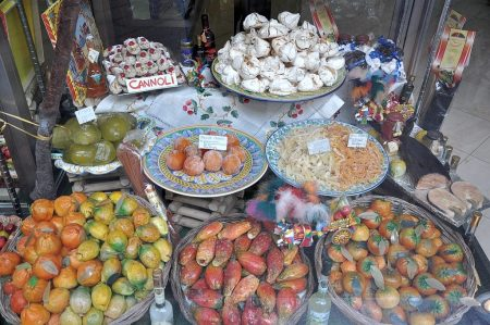 Auserlesenes Naschwerk in der Auslage eines sizilianischen Süßwarenladens: Cannoli, Mandelgebäck, kandierte Früchte und allerlei Marzipankreationen - Zuckerrausch beim Genuss vorprogrammiert. (Foto: Martin Dühning)