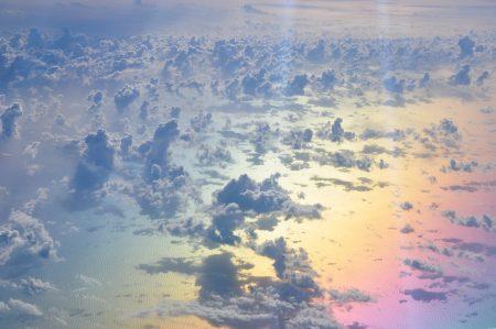 Das Mittelmeer am Abend liefert in Kombination mit einem Polarisationsfilter auf der Nikon D90 ein gewaltig-prismatisches Farbspektakel, verzuckert noch mit spektralen Wölkchen. (Foto: Martin Dühning)