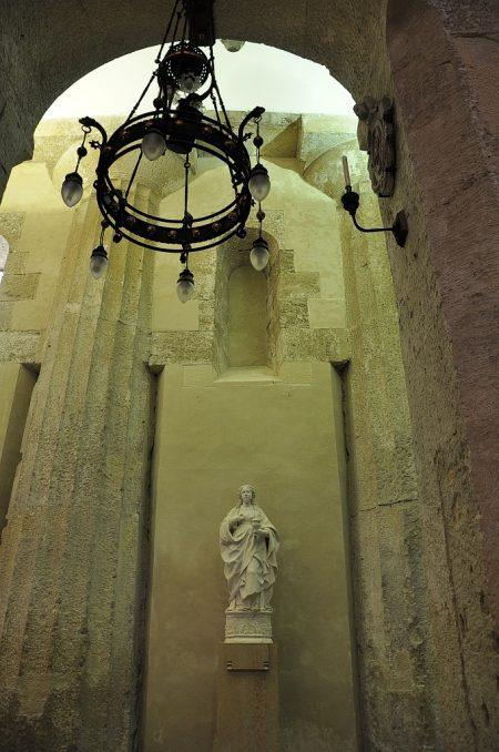 Im Innern verweisen dorische Säulen, die noch aus der Zeit des Athene-Tempels stammen, auf die antiken Wurzeln des Doms von Syrakus. (Foto: Martin Dühning)