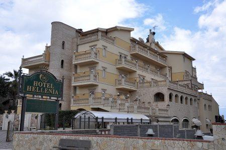 Dieses Hotel spiel mit Namen wie Architektur auf die griechisch-antike Vergangenheit von Naxos an. Bei den Ballustraden hat der Designer aber wohl etwas übertrieben. (Foto: Martin Dühning)