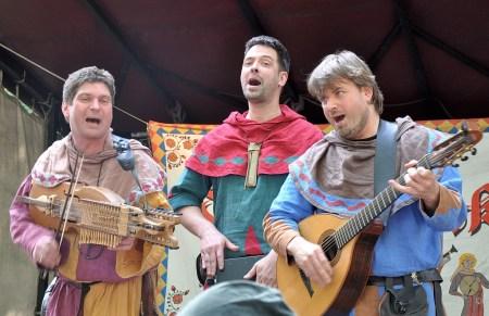 """Zu den Highlights beim Spectaculum in Bad Säckingen 2014 gehörte sicher auch das Funfolk-Trio """"Duivelspack"""" (Foto: Martin Dühning)"""