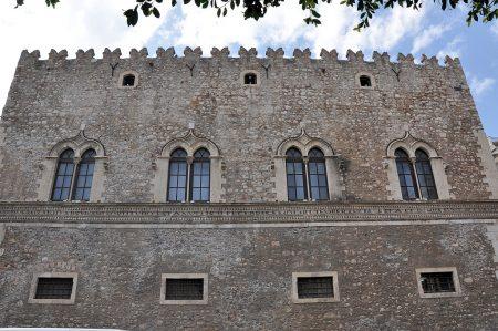 Das heutige Taormina ist eine mittelalterliche Neugründung, die architektonisch aber durchaus noch byzantinische und arabische Einflüsse erkennen lässt - hier der sizilianisch-romanische Palazzo Corvaja. (Foto: Martin Dühning)