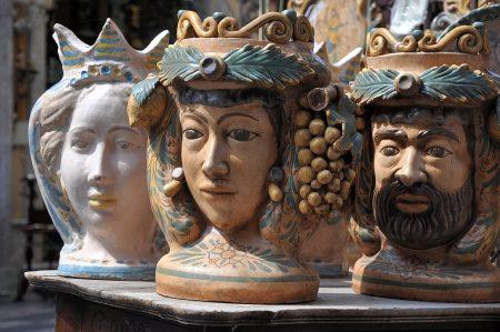 Bunt bemalte Keramiken kann man fast überall in Sizilien erwerben, in Taormina gibt es aber besonders viele Läden mit unterschiedlichen Formen und Stilen, vom schwarzen Porzellanteller bis zur großformatigen, bemalten Terracottafigur. (Foto: Martin Dühning)