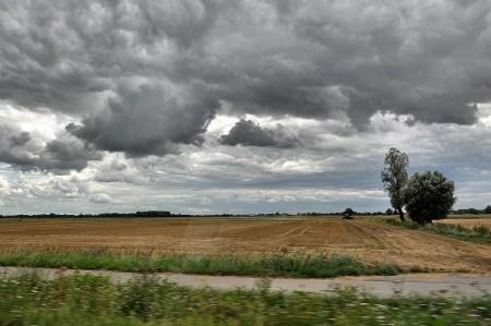 Schweres Wetter über den endlosen polnischen Getreidefeldern der Ebene (Foto: Martin Dühning)