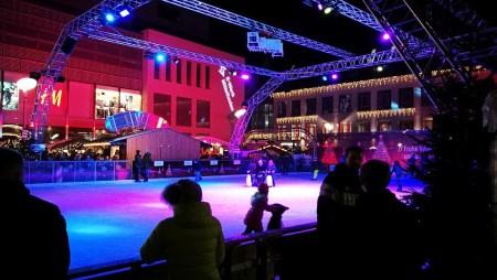 Eine große Eisbahn lädt die Besucher des Offenburger Weihnachtsmarktes zum Schlitteln ein (Foto: Martin Dühning)