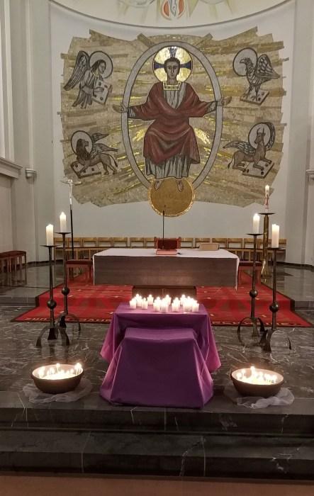 Votivkerzen beim Altar zum Ende des Requiem-Gottesdienstes in Herz-Jesu (Foto: Martin Dühning).