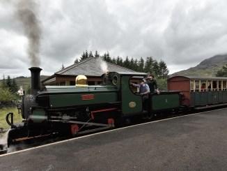 Eine Dampflok der Ffestiniog Welsh Railway fährt in den Bahnhof ein (Foto: Martin Dühning).