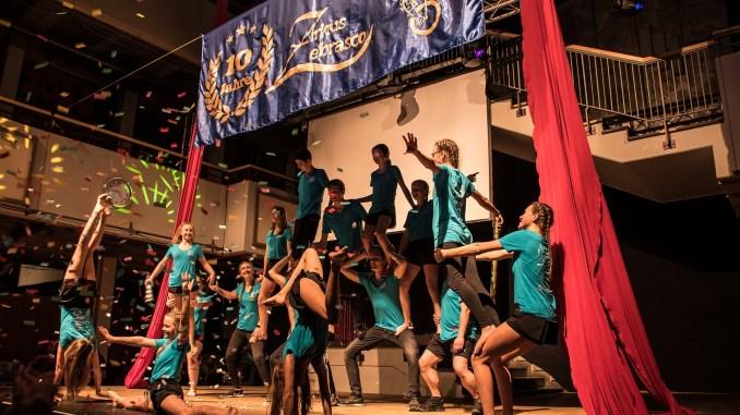 Artistenpyramide bei der Jubiläumsshow des Zirkus Zebrasco (Foto: Martin Dühning)