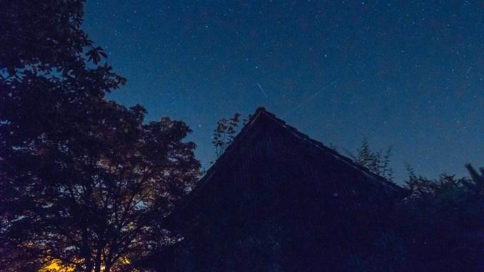 Sternschnuppen über Urgroßvaters Schuppen in meinem Garten in Oberlauchringen, 2021 (Foto: Martin Dühning)