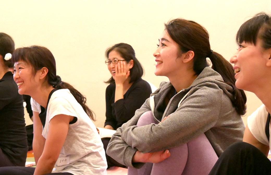 内田かつのり先生のヨガ解剖学講座基礎編の様子。笑顔で講座を受ける生徒さん