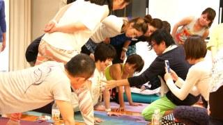 ヨガ解剖学6日間ティーチャーズトレーニングの様子。胸骨を生徒さんにあてて、どのような動きかをみんなで確認している様子