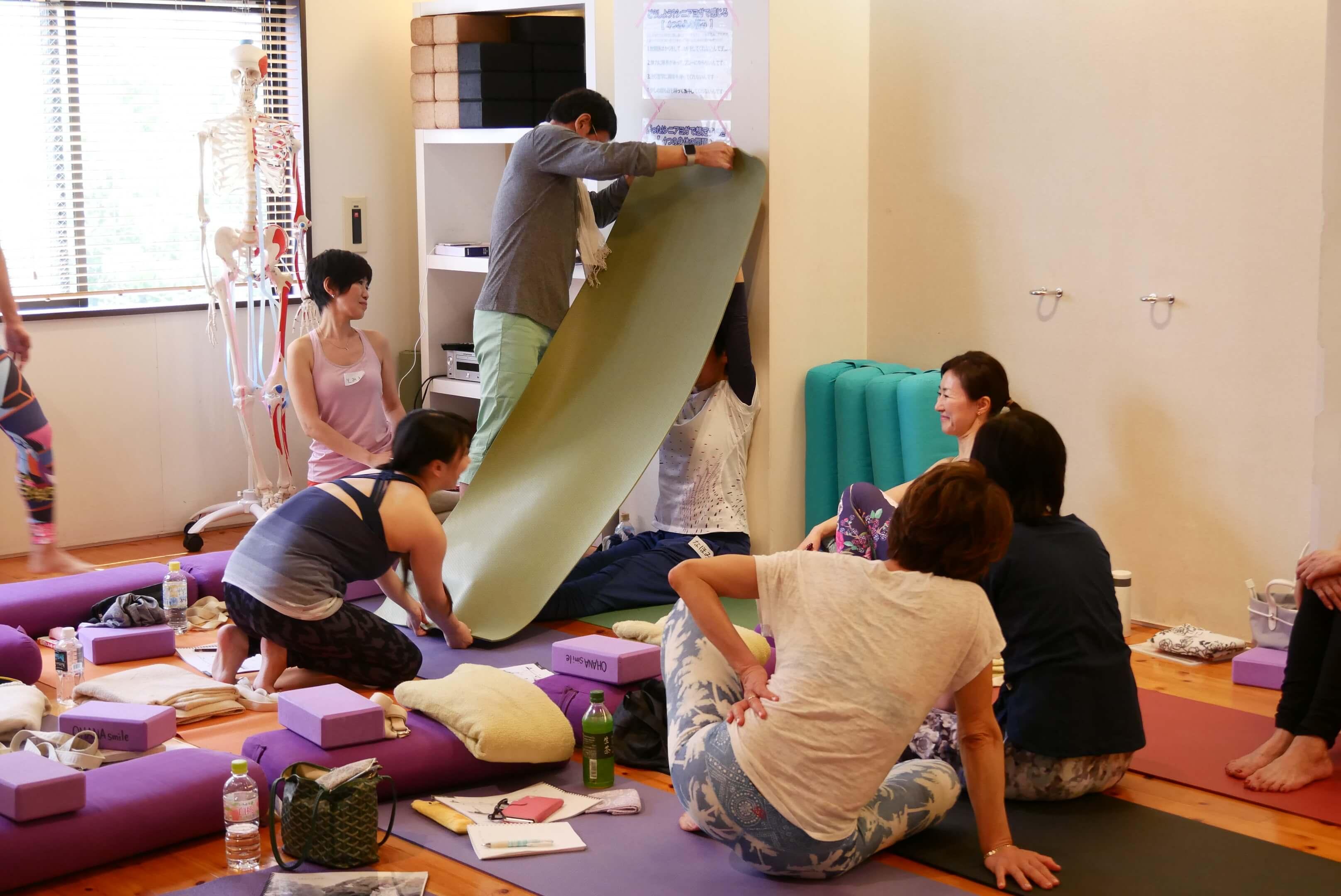 内田かつのり先生のシニアヨガ指導者養成講座の様子。長座がダウンドックのバリエーションになる一例