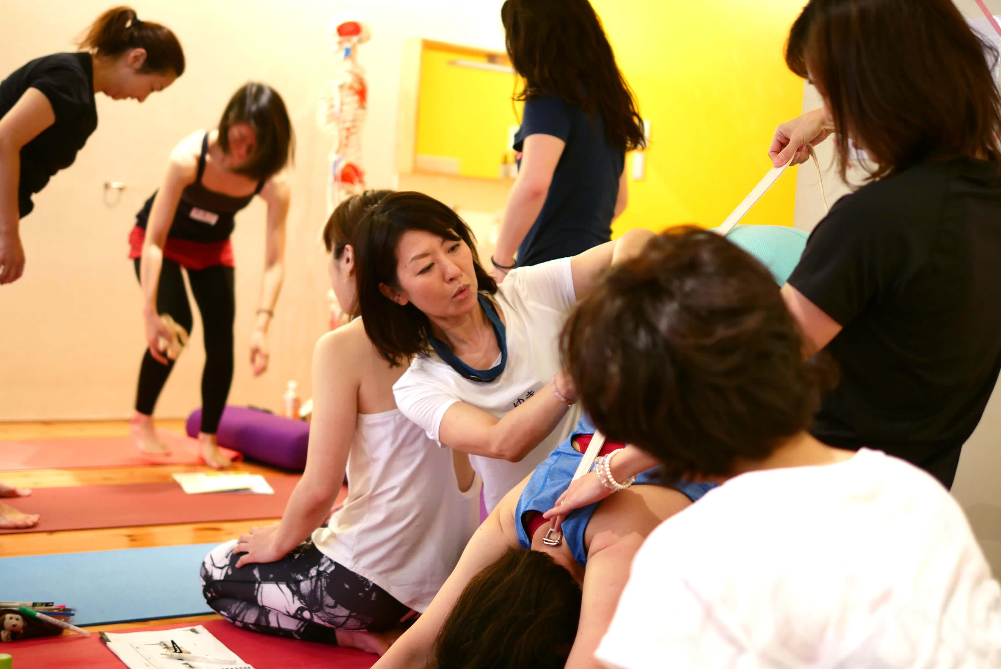 内田かつのり先生のシニアヨガ指導者養成講座の様子。ダウンドッグのペアワーク