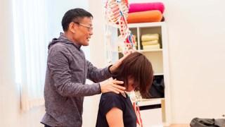 ヨガ解剖学講師内田かつのり先生による肩甲骨セラピーの様子。生徒さんをモデルにして説明する内田先生