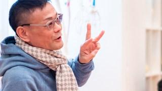 内田かつのり先生が指を3本たてて説明している様子