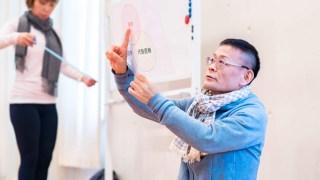 ヨガ解剖学講師内田かつのり先生の怪我・疾患総合講座「問診票」の様子。内田先生がラミネートを使って説明している様子