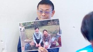 内田先生がのりこママとグッチさんのラミネートを持って嬉しそうな様子