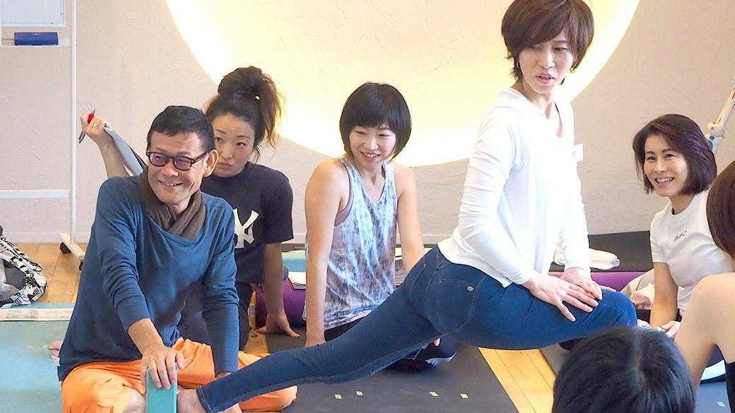 アナトミック骨盤ヨガ指導者養成講座で内田先生がランジの指導をしている様子