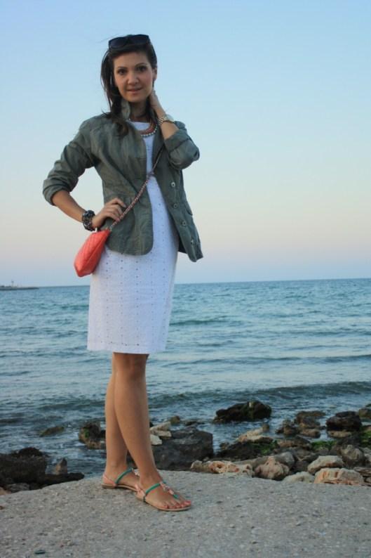 rochie alba si geaca army - tinuta casual