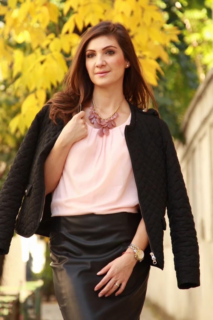 bluza roz fusta piele
