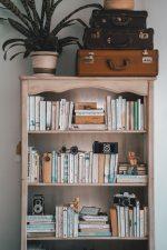 Cum să aplici minimalismul în organizarea cărților, atunci când îți place să citești mult