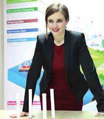 """La fundadora y directora de Libelium, la española Alicia Asín Pérez, ha ganado el segundo premio europeo para mujeres innovadoras de 2018, que le fue entregado por el comisario europeo de Investigación, Carlos Moedas. Este premio, dotado con 50.000 euros, se otorga a Alicia Asín por su empresa Libelium, que diseña y fabrica hardware para redes sensoriales con destino a las llamadas """"ciudades inteligentes"""" o """"smartcities"""". El primer premio, dotado con 100.000 euros, fue para la italiana Gabriella Colucci, fundadora de la empresa biotecnológica Arterra Bioscience que se dedica a la producción de componentes activos para usos industriales. La austríaca Walburga Fröhlich ganó el tercer premio, con una dotación de 30.000 euros, por su empresa Atempo que crea bienes y servicios que permiten a las personas con deficiencia de aprendizaje incorporarse al mercado laboral. El premio Joven Innovadora, de 20.000 euros, fue para Karen Dolva, la empresaria noruega que fundó No Isolation que tiene como fin la creación de dispositivos de comunicación personalizados para grupos socialmente aislados. El comisario europeo de Investigación, Ciencia e Innovación, Carlos Moedas, describió a las cuatro ganadoras como """"mujeres inspiradoras"""" que han logrado triunfar en el mercado y mejorar la vida de las personas. """"Estos premios tienen otro objetivo y es el de inspirar a nuevas generaciones de mujeres emprendedoras. La participación y contribución en la investigación e innovación es fundamental para el crecimiento de Europa"""", dijo el comisario. Se trata de la quinta edición de estos premios que tienen como objetivo concienciar a la opinión pública sobre la necesidad de una participación más activa de la mujer en la innovación empresarial, ya que sólo el 31% de los empresarios en la Unión Europea (UE) son mujeres. LIBELIUM CONSIGUE UNA LECHUGA CON RESIDUOS CERO En un pueblo italiano cercano a Nápoles, una pequeña empresa agrícola comercializa lechugas con residuos cero gracias a la tecnología"""