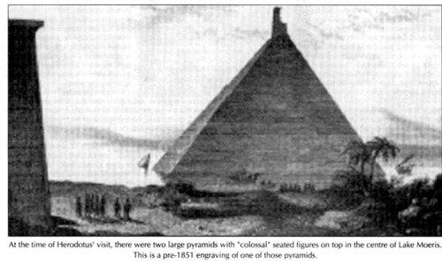 Na época da visita de Heródoto, havia duas grandes pirâmides com colossais figuras sentadas no topo no centro do Lago Moeris. Esta é uma gravura anterior a 1851 de uma dessas pirâmides