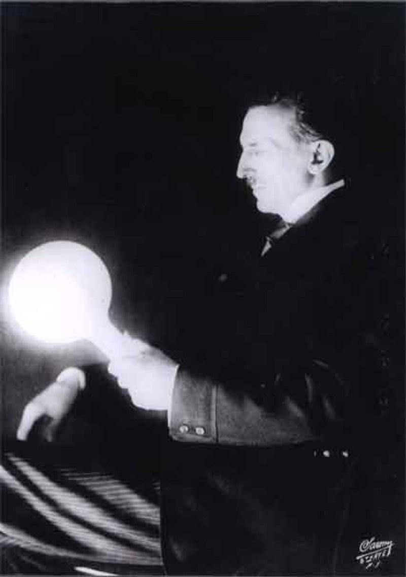 Questa immagine mostra una lampadina a gas riciclata di fosforo che Tesla ha sviluppato nel 1890. Mezzo secolo dopo vennero utilizzati lampade fluorescenti. Tesla era molto più avanti del suo tempo.