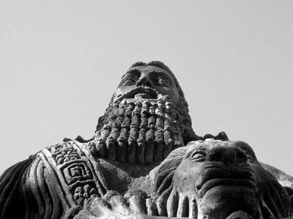 Una estatua de Gilgamesh.