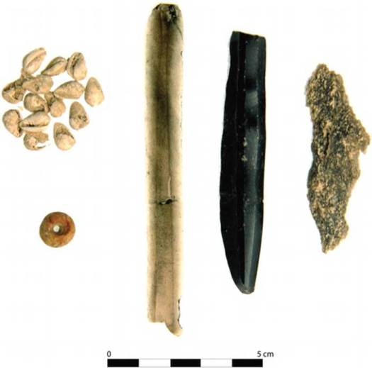 En uno de los enterramientos se encontraron una cuenta de cerámica, caracolas y dos objetos de obsidiana. (Takeshi Inomata)