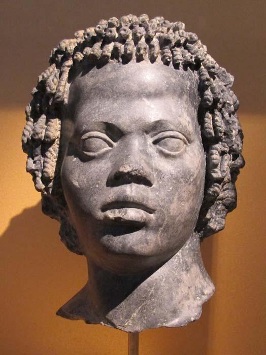 Estatua de mármol de un joven nubio, finales del siglo II a. C. (CC BY-SA 3.0)