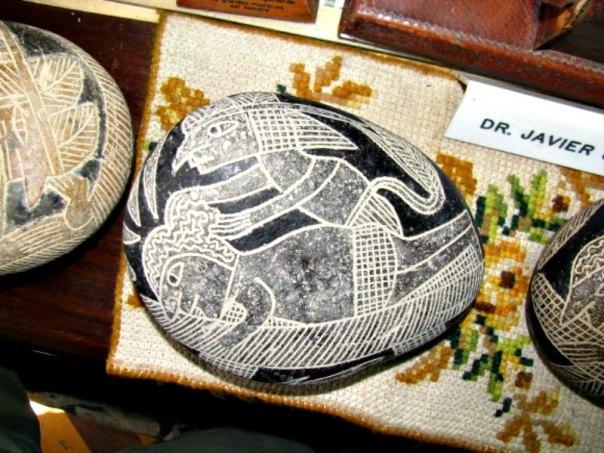 Piedra de Ica con la representación de lo que parece ser una intervención de cirugía del cerebro. (Fotografía: La Gran Época/Brattarb/CC BY-SA)