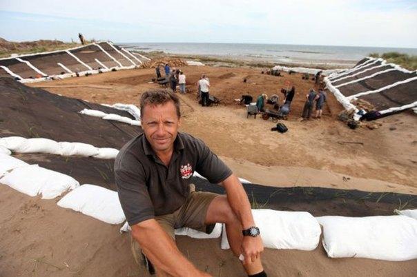 Clive Waddington, director del proyecto de Archaeological Research Services Ltd, en las excavaciones del yacimiento arqueológico prehistórico de Low Hauxley cercano a Amble, Northumberland (The Journal)