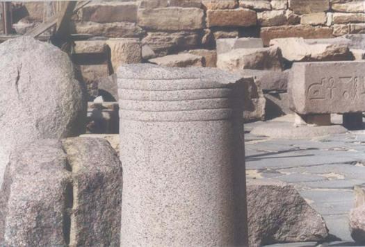 Abusir, Egipto. Ruinas de una columna de granito con líneas grabadas sobre su superficie. (Fotografía: Stephen S. Mehler, MA. 2007)