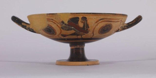Kylix, copa griega de terracota con dos asas decorada con pinturas de sirenas en color negro (CC BY-SA 3.0)