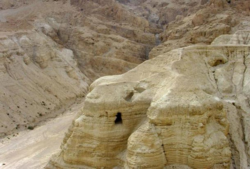 Cueva número 4 de Qumrán en el desierto de Judea. En ella se encontraron el 90% de los Manuscritos del Mar Muerto (Public Domain)
